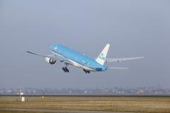 Aéroport Schiphol d'Amsterdam - Boeing 777 de KLM décolle Image stock