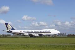 Aéroport Schiphol d'Amsterdam - Boeing 747 de Singapore Airlines Cargo débarque Photos stock