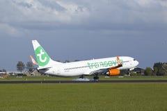Aéroport Schiphol d'Amsterdam - Boeing 737 de Transavia débarque Photographie stock libre de droits