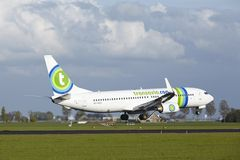Aéroport Schiphol d'Amsterdam - Boeing 737 de Transavia débarque Photos stock