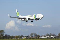 Aéroport Schiphol d'Amsterdam - Boeing 737 de Transavia débarque Photographie stock