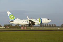 Aéroport Schiphol d'Amsterdam - Boeing 737 de Transavia débarque Images stock
