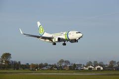 Aéroport Schiphol d'Amsterdam - Boeing 737 de Transavia débarque Photos libres de droits