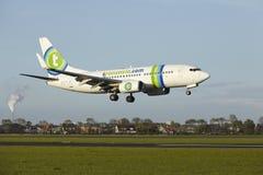 Aéroport Schiphol d'Amsterdam - Boeing 737 de Transavia débarque Images libres de droits