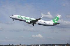 Aéroport Schiphol d'Amsterdam - Boeing 737 de Transavia décolle Photo libre de droits