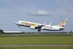 Aéroport Schiphol d'Amsterdam - Boeing 737-8K2 de Transavia décolle Image libre de droits