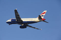 Aéroport Schiphol d'Amsterdam - British Airways Airbus A319 décolle Image stock