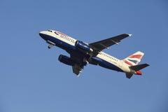 Aéroport Schiphol d'Amsterdam - British Airways Airbus A319 décolle Photos stock