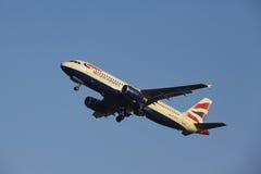 Aéroport Schiphol d'Amsterdam - British Airways Airbus A320 décolle Photos libres de droits