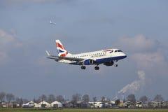 Aéroport Schiphol d'Amsterdam - British Airways Embraer 170 débarque Photo stock