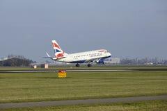Aéroport Schiphol d'Amsterdam - British Airways Embraer 170 débarque Images libres de droits