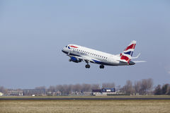 Aéroport Schiphol d'Amsterdam - British Airways Embraer 170 décolle Photographie stock