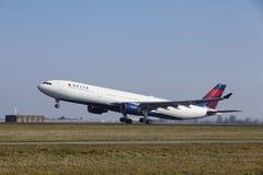 Aéroport Schiphol d'Amsterdam - Delta Air Lines Airbus A330 décolle Photos stock