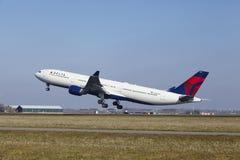 Aéroport Schiphol d'Amsterdam - Delta Air Lines Airbus A330 décolle Image stock