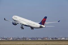 Aéroport Schiphol d'Amsterdam - Delta Air Lines Airbus A330 décolle Photo stock
