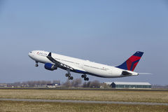 Aéroport Schiphol d'Amsterdam - Delta Air Lines Airbus A330 décolle Photographie stock libre de droits