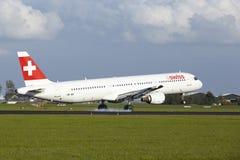 Aéroport Schiphol - A321 d'Amsterdam des terres suisses Image stock