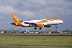 Aéroport Schiphol d'Amsterdam - Easyjet Airbus A320 débarque Images stock