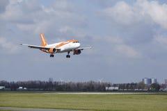 Aéroport Schiphol d'Amsterdam - Easyjet Airbus A320 débarque Photos libres de droits