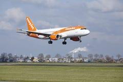 Aéroport Schiphol d'Amsterdam - Easyjet Airbus A320 débarque Photo stock