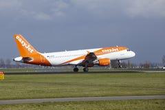 Aéroport Schiphol d'Amsterdam - Easyjet Airbus A320 débarque Images libres de droits