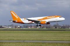 Aéroport Schiphol d'Amsterdam - Easyjet Airbus A320 débarque Photographie stock