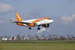 Aéroport Schiphol d'Amsterdam - Easyjet Airbus A319 débarque Photos stock