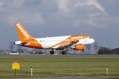Aéroport Schiphol d'Amsterdam - Easyjet Airbus A319 débarque Image libre de droits
