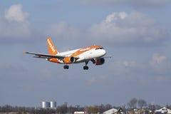 Aéroport Schiphol d'Amsterdam - Easyjet Airbus A319 débarque Photographie stock