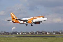 Aéroport Schiphol d'Amsterdam - Easyjet Airbus A319 débarque Images stock