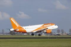 Aéroport Schiphol d'Amsterdam - Easyjet Airbus A319 débarque Photo libre de droits
