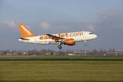 Aéroport Schiphol d'Amsterdam - Easyjet Airbus A319 débarque Photographie stock libre de droits