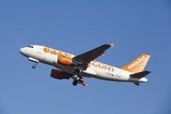 Aéroport Schiphol d'Amsterdam - EasyJet Airbus A319 décolle Photo libre de droits