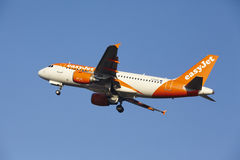 Aéroport Schiphol d'Amsterdam - EasyJet Airbus A319 décolle Photographie stock
