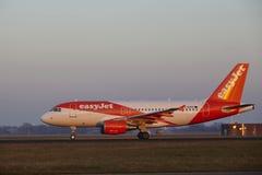 Aéroport Schiphol d'Amsterdam - EasyJet Airbus A319 décolle Images stock