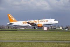 Aéroport Schiphol d'Amsterdam - Easyjet Suisse Airbus A320 débarque Photos libres de droits