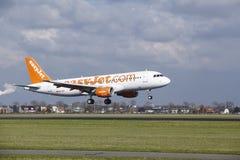 Aéroport Schiphol d'Amsterdam - Easyjet Suisse Airbus A320 débarque Images stock