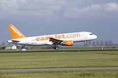 Aéroport Schiphol d'Amsterdam - Easyjet Suisse Airbus A320 débarque Images libres de droits