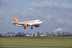 Aéroport Schiphol d'Amsterdam - Easyjet Suisse Airbus A320 débarque Photos stock