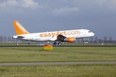 Aéroport Schiphol d'Amsterdam - Easyjet Suisse Airbus A320 débarque Photo libre de droits