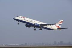 Aéroport Schiphol d'Amsterdam - Embraer 190 de British Airways décolle Image stock