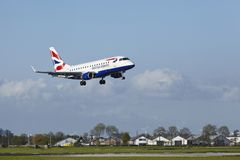 Aéroport Schiphol d'Amsterdam - Embraer ERJ-170 de British Airways CityFlyer débarque Photos stock