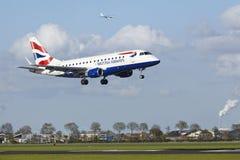 Aéroport Schiphol d'Amsterdam - Embraer ERJ-170 de British Airways CityFlyer débarque Images stock