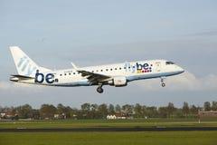 Aéroport Schiphol d'Amsterdam - Embraer ERJ-175 de Flybe débarque Photographie stock libre de droits