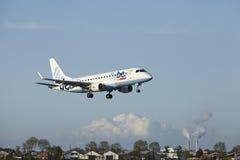 Aéroport Schiphol d'Amsterdam - Embraer ERJ-175 de Flybe débarque Photographie stock
