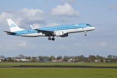 Aéroport Schiphol d'Amsterdam - Embraer ERJ-190 de KLM Cityhopper débarque Image libre de droits