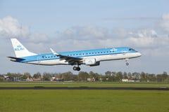 Aéroport Schiphol d'Amsterdam - Embraer ERJ-190 de KLM Cityhopper débarque Photographie stock libre de droits