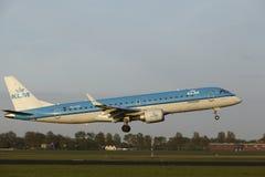 Aéroport Schiphol d'Amsterdam - Embraer ERJ-190 de KLM Cityhopper débarque Images libres de droits