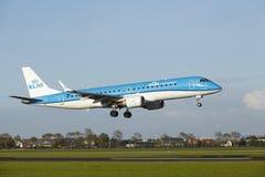 Aéroport Schiphol d'Amsterdam - Embraer ERJ-190 de KLM Cityhopper débarque Image stock