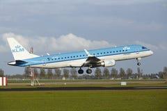 Aéroport Schiphol d'Amsterdam - Embraer ERJ-190 de KLM Cityhopper débarque Images stock